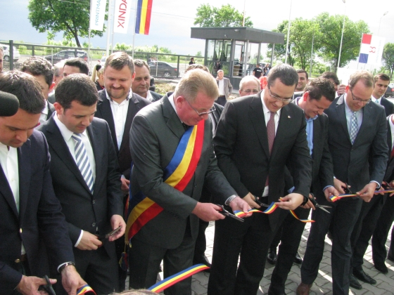 Vasile Zete (l), Lord Mayor of Cicarlau and the Romanian Prime Minister Victor Ponta jointly opening Xindao's new plant.