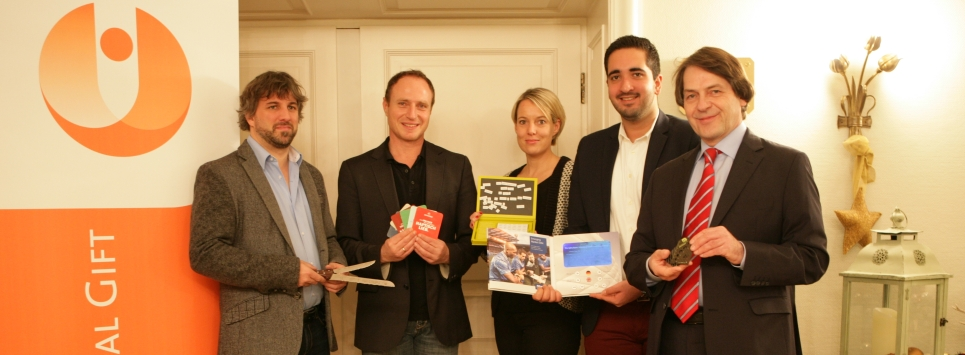 The jury of the Promotional Gift Award 2015 with their favourite products (f.t.l.): Michael Mätzener (diewerbeartikel gmbh, CH-Schwyz), Martin Zettl (marke[ding], A-Wels), Miriam Pelzer (Volkswagen Zubehör GmbH, D-Wolfsburg), Vahap Aksahin (Miles & More GmbH, D-Frankfurt) and Michael Scherer (WA Media GmbH, D-Cologne).