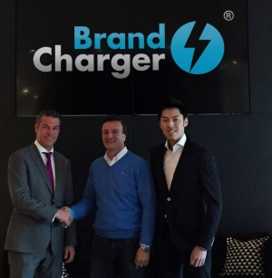 Handing over the key: Mike Stas (m), Director of BrandCharger Europe, and Ethan Ung (r), Vice President Operations, BrandCharger, receiving the key of the new building from the landlord.