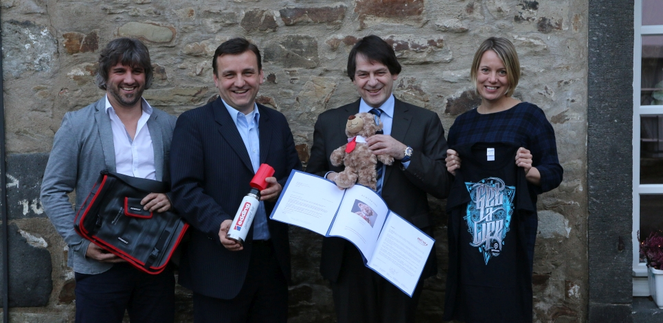 The jury of the Promotional Gift Award 2016 with their favourite products (f.t.l.): Michael Mätzener (diewerbeartikel gmbh), Michael Witzorrek (NDR Media GmbH), Michael Scherer (WA Media GmbH) and Miriam Pelzer (Volkswagen Zubehör GmbH). Martin Zettl (marke│ding│), who unfortunately had to cancel at short-notice, was not present for the judging session.