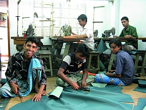 Among others, tuyu works together with a leather workshop in Bangladesh.