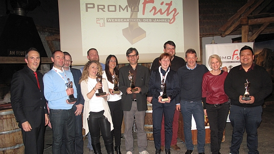 Promoswiss Secretary, Adrian Schmidhäusler (l), together with the winners of the PromoFritz-Award 2016 (f.t.l.): Milan Ivkovic and Dirk Ter Horst (both from PF Concept Deutschland), Patricia Di Paolo, Lukas Ociepa and Patrizia Guglielmino (all three from Drosselbart Promotionartikel), Maurizio Peverelli (Prodir), Anna-Maria Dietz (Bags by Riedle), Dennis Dennig (Jung Bonbonfabrik), Beat Nolze, Dominique Magnin and Lester Go (all three from comTeam AG).