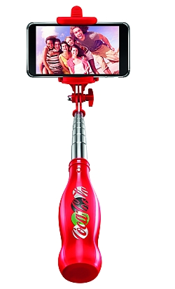 In the summer of 2015 Coca-Cola launched the campaign #choosehappiness, which was accompanied by numerous spots, campaigns and contents – where among others a psychologist analysed which sort of photos bring joy immediately. Furthermore, the consumers were called upon to capture the moments that make them happy – with the aid of 1 mil. selfie sticks that were raffled off via the retail trade.