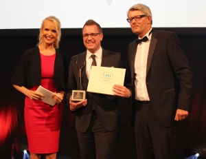 "Karl Knauer KG claimed the prize in Category 8, ""Sustainable Company 2016"", and was thus so to speak the overall winner of the PSI Sustainability Awards 2016. Key Account Manager, Michael Wieckenberg (m), overjoyed with PSI Director, Michael Freter and the TV presenter, Tamara Sedmak."