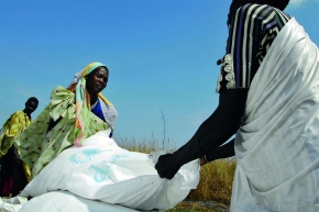 Sudanese women recovering food dropped from aircrafts in the scope of the World Food Programme (WFP).